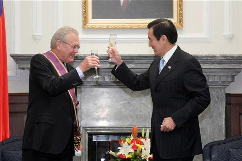 2011年,前總統馬英九頒贈美國前國防部長倫斯斐(Donald Rumsfeld)「大綬景星勳章」。(來源:總統府官網)