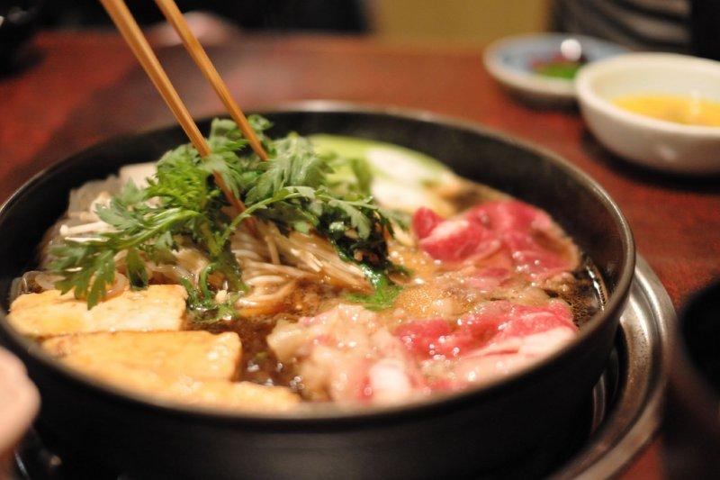 「壽喜燒是一道沒完沒了的菜,不停地做,不停地吃,不停的對話。」(圖/ajari@flickr)