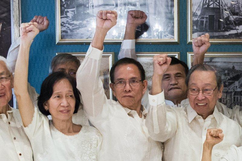 菲律賓政府與菲律賓共產黨和談小組,26日在挪威簽署聯合聲明,宣布無限期停火。(AP)