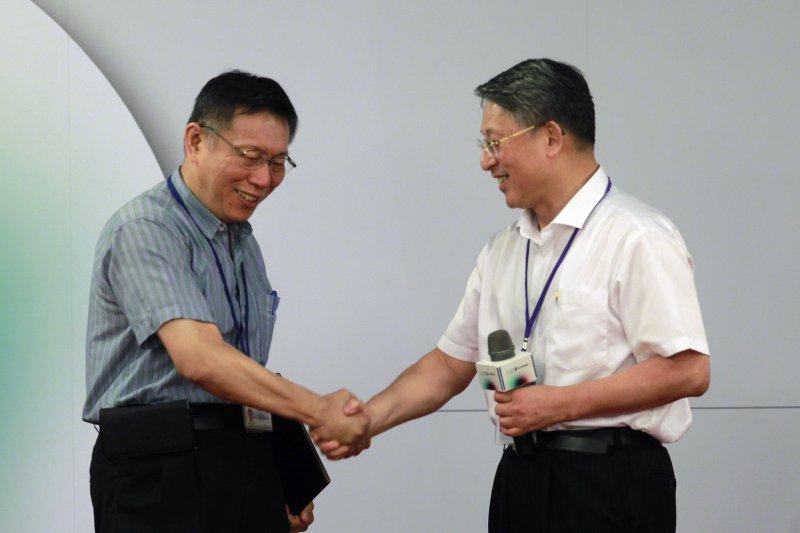 台北市長柯文哲(左)與上海市委常委沙海林的互動,不無「蔡、習互遞橄欖枝」的影子。(資料照,美聯社)