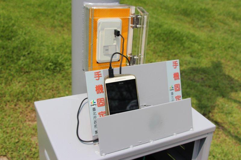 大安森林公園音樂台設置風光互補路燈及行動裝置充電座(北市府)