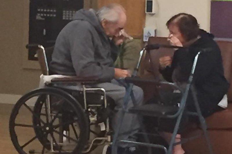 加拿大的沃夫(Wolf Gottschalk)與妻子艾妮塔(Anita Gottschalk)結縭62年,如今被迫分離,相對無言,唯有淚千行。(翻攝自Ashley Kaila Bartyik臉書)