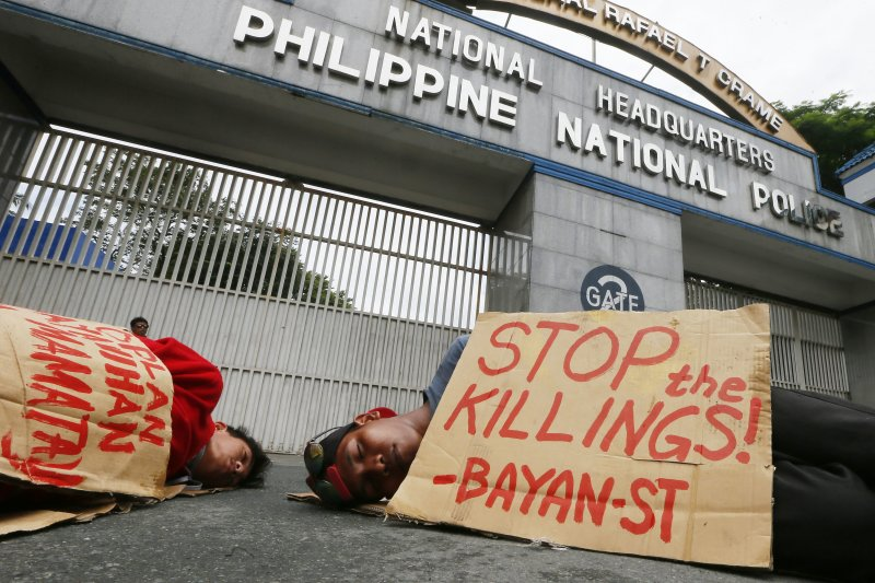 民眾在菲國警察總部外抗議總統杜特蒂的掃毒政策。(美聯社)