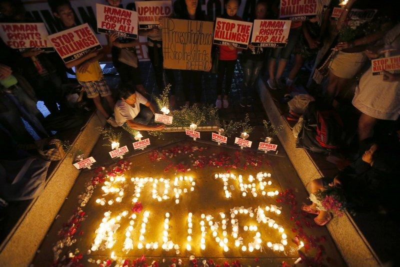 人權團體為在菲律賓毒品戰爭的亡者點燈祈福。(美聯社)