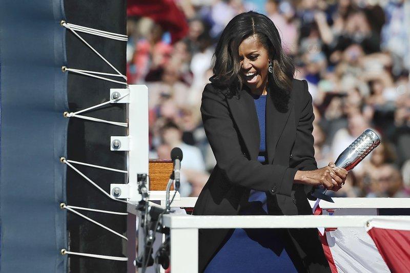 美國第一夫人蜜雪兒.歐巴馬在去年10月的命名儀式上,對著「伊利諾」號核動力潛艦擲香檳。(美聯社)