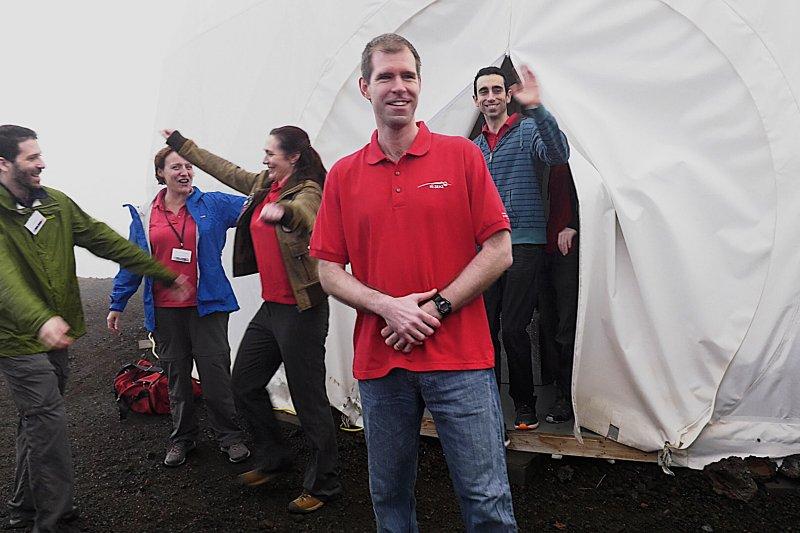 參與美國航太總署(NASA)火星計畫的6名成員閉關一年後,28日終於出關了。(美聯社)