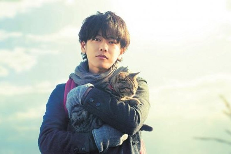 30歲的郵差少年(佐藤健飾),在母親過世後搬出家裡獨自居住,而陪伴在身旁的,是他養的一隻小貓。(圖/Sekaneko 映画『世界から猫が消えたなら』)