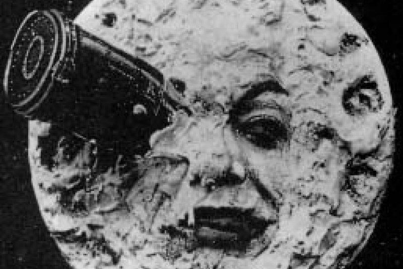 電影《月球旅行記》裡,火箭插入月球「右眼」的經典畫面。(取自Wikipedia)