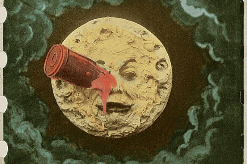 電影《月球旅行記》裡,火箭插入月球「右眼」的經典畫面彩色修復版。(取自Wikipedia)