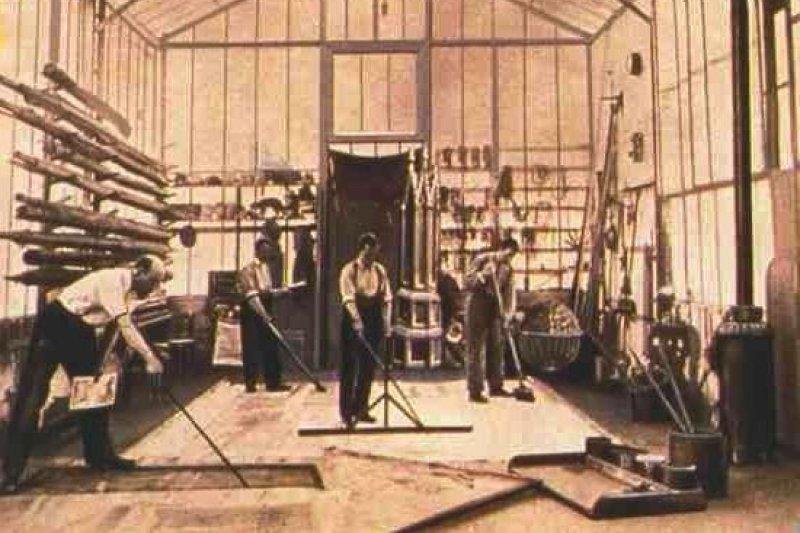 電影《月球旅行記》的攝影棚,左為導演梅里葉(Georges Méliès)(取自Wikipedia)