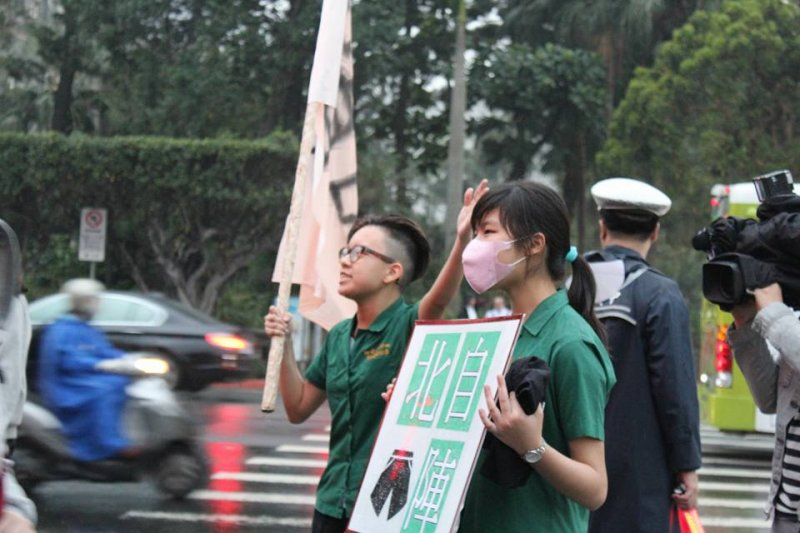 2016-08-29-3月9日北一女學生抗議呼籲服儀解禁-取自北一短褲自由陣線臉書