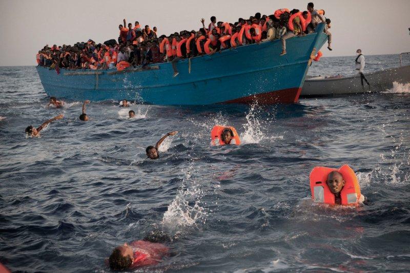 義大利海巡隊與非政府組織合作,29日在利比亞西部港口薩卜拉塔以北的海域,營救3千名難民。有些人看見救援隊,直接穿著救生衣游過去。(美聯社)