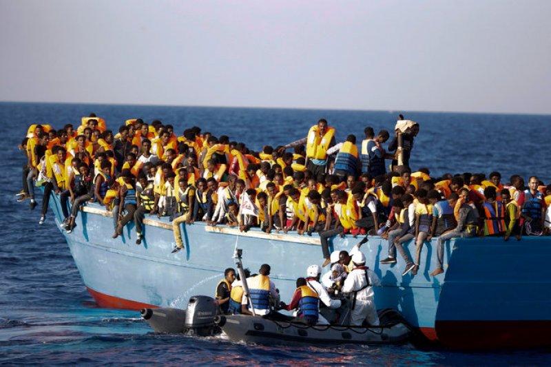 義大利海巡隊與非政府組織合作,29日在利比亞西部港口薩卜拉塔以北的海域,營救3千名難民。(美聯社)