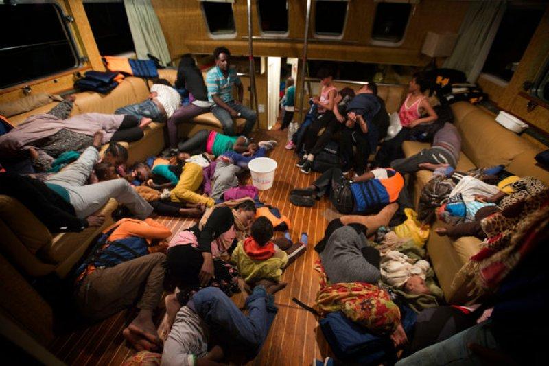 非政府組織「移民海上救護站」(Migrant Offshore Aid Station)8月10日在地中海救起的難民。(美聯社)