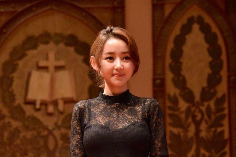 13歲脫北的朴研美,經歷過飢餓、人口買賣、監禁,但她仍然沒有向命運低頭,成為脫北人權運動者。(圖/Yeonmi Park臉書)