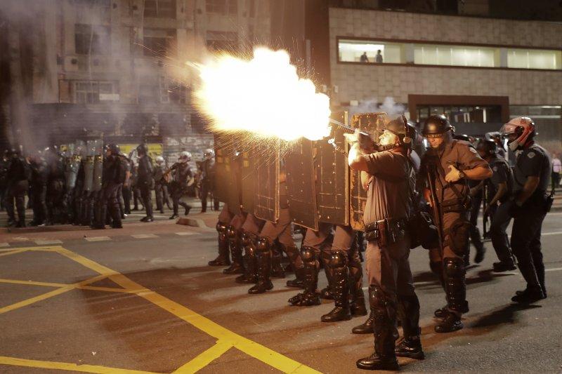 聖保羅警方朝抗議民眾發射催淚瓦斯。(美聯社)