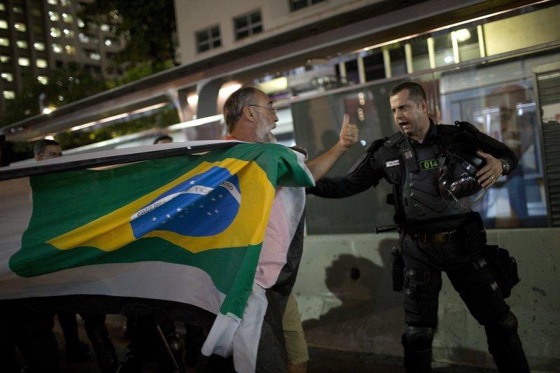 支持羅賽芙的民眾在里約熱內盧的街頭與警方發生衝突。(美聯社)