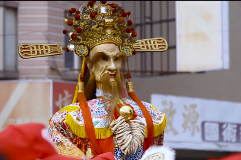神明衣和帽都是精緻的傳統宗教藝術品。(翻攝自YouTube)