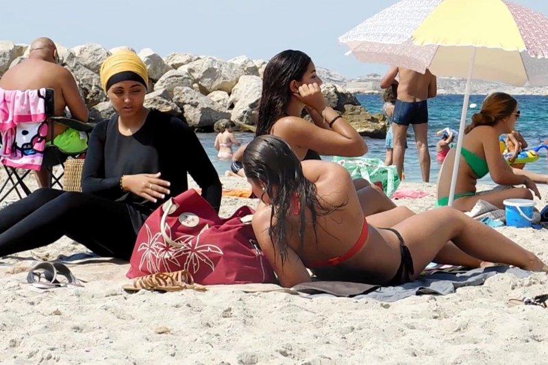 穆斯林婦女覆蓋全身的「布基尼」(burkini)泳裝近來在歐洲掀起熱議(AP)