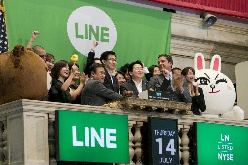 包括LINE及各大數位公司的隱私條款都更新,以保障數位資產的安全。圖為LINE在紐約證交所股票上市(IPO)(資料照片,AP)