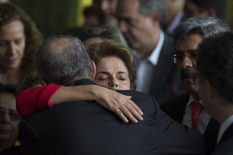 巴西女總統羅賽芙(Dilma Rousseff)遭彈劾下台後,在總統府與部屬擁抱道別(AP)