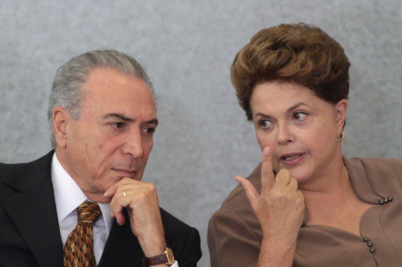 巴西女總統羅賽芙(右)遭彈劾下台,副總統特梅爾(左)繼任總統職務。(美聯社)