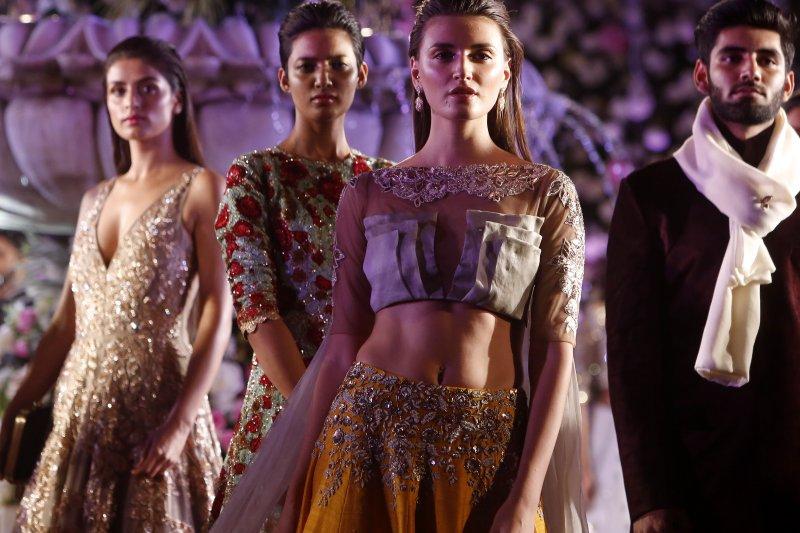 印度觀光部長要女性觀光客別穿裙子,但日前在孟買舉行的服裝秀,模特兒們幾乎都是裙裝。(美聯社)