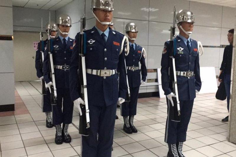 空軍儀隊在台北車站快閃活動。(空軍司令部臉書專頁)