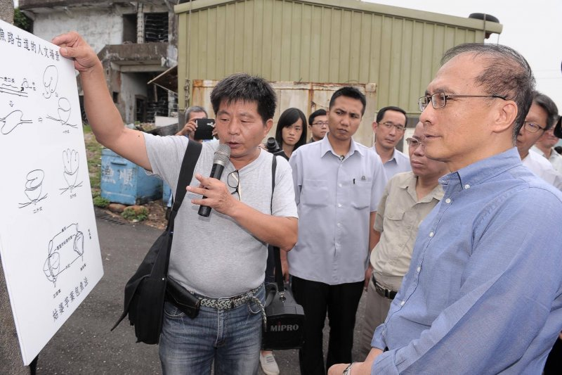 行政院長林全今天(2日)赴台電北部展示館與北海岸鄉親面對面座談。(林全臉書)