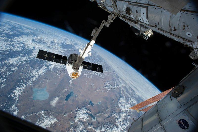 SpaceX公司的「天龍號」(Dragon)貨運太空船與國際太空站(ISS)(AP)