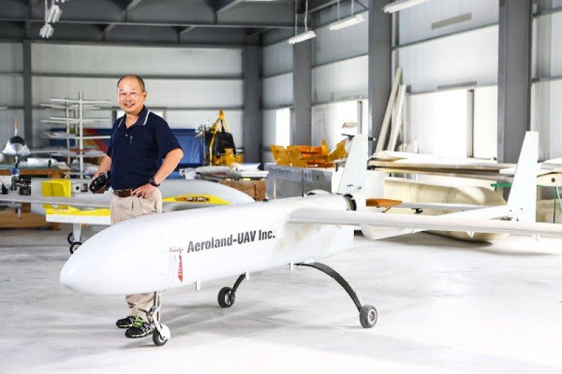 天空飛行科技創辦人李文慶與200公斤級無人機AL-200。(圖/蔡仁譯攝)