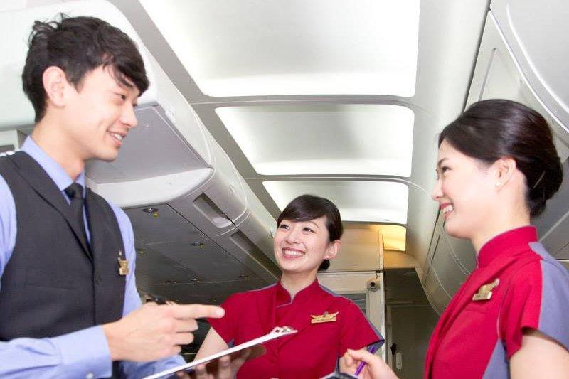 華航在2015年更換新制服,但卻有空服員抱怨,新制服既不好看又不實用,新鞋也不好穿。(華航臉書)