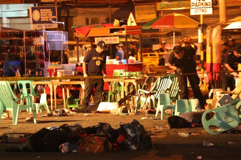 菲國南部大城納卯市的夜市發生爆炸案,現場塑膠桌椅被炸飛四散。(美聯社)