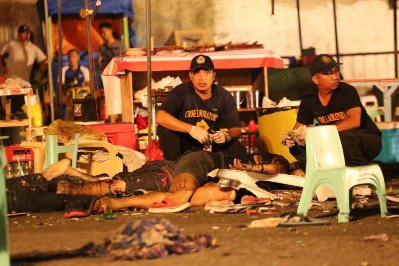 菲國南部大城納卯市的夜市發生爆炸案,死傷慘重,現場塑膠桌椅被炸飛四散。(美聯社)