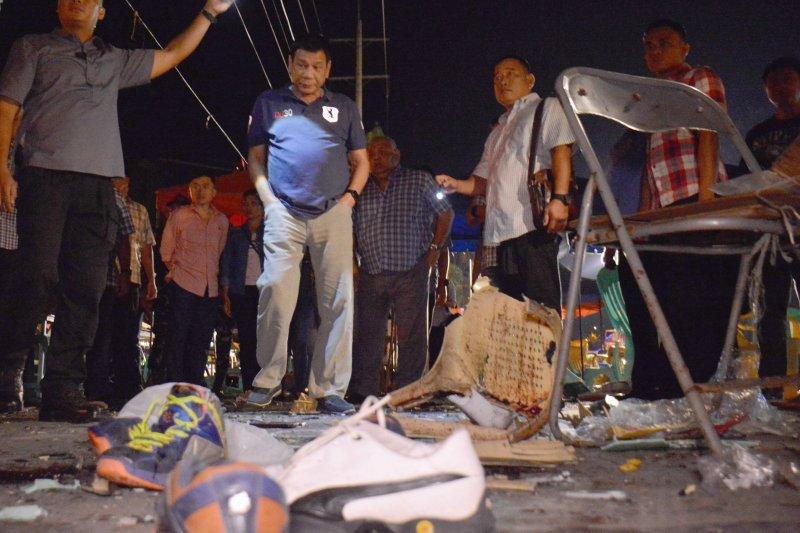 菲律賓總統杜特蒂到納卯市報站案現場視察。(美聯社)