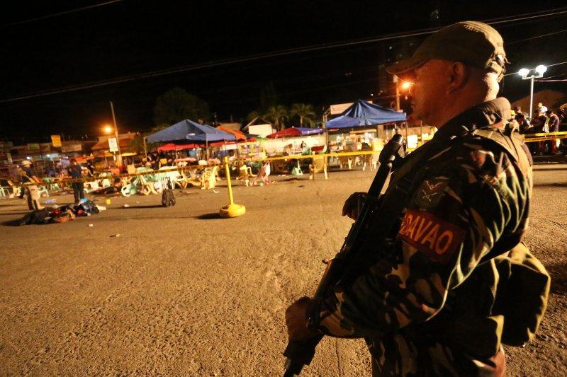 菲國南部大城納卯市的夜市發生爆炸案,軍警加強戒備。(美聯社)