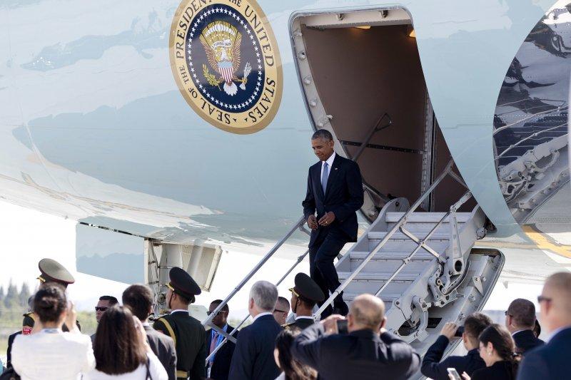 美國總統歐巴馬抵達中國杭州出席G20高峰會,但中國卻沒有提供迎賓階梯讓歐巴馬下機。(美聯社)