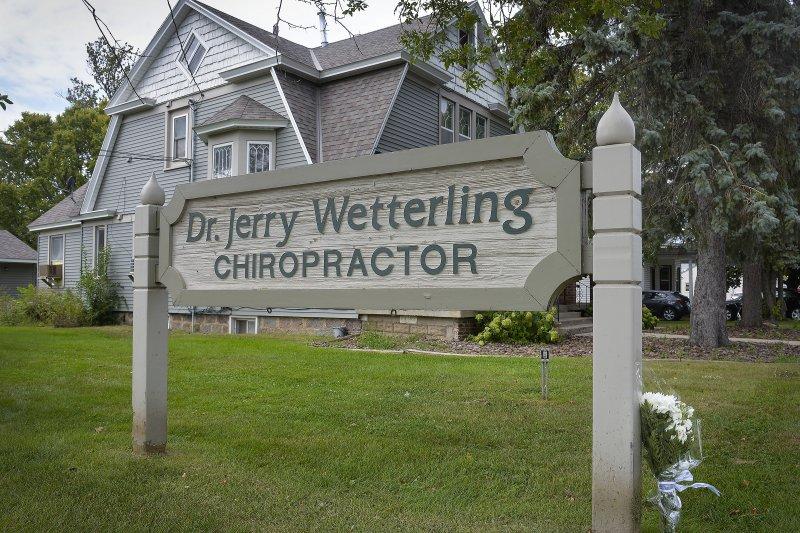 民眾在傑瑞診所前獻花,為失蹤的魏特林哀悼。(美聯社)