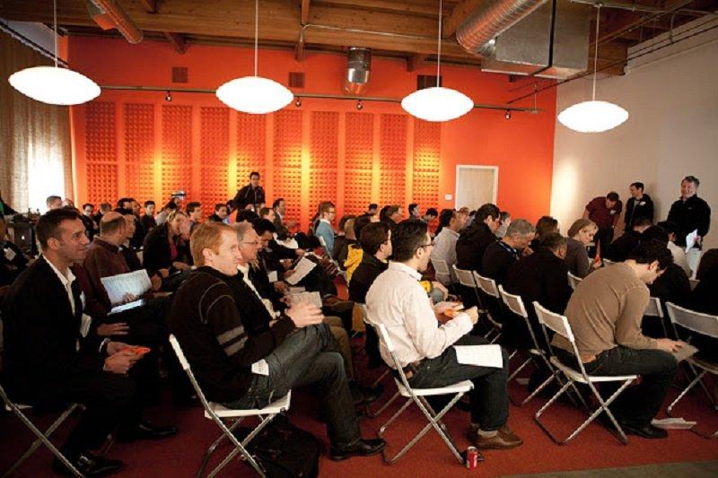 Y Combinator舉辦的Demo Day,擠滿各路投資人。(來源:Y Combinator)
