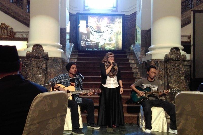 第三屆移民工文學獎頒獎典禮,開場由印尼籍移工演唱自創歌曲為典禮揭開序幕。(黃麒珈攝)