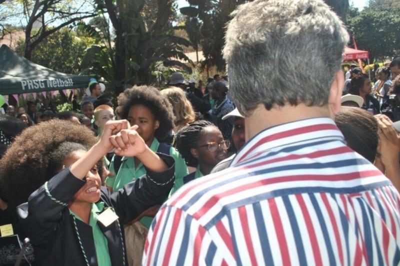 南非普里托利亞女中的學生為了自己的髮型與權益上街抗議。(翻攝推特)