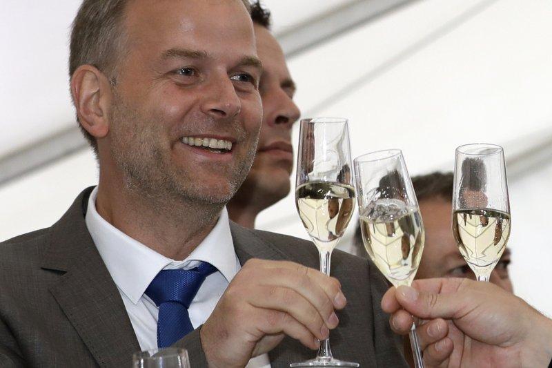 AfD的候選人侯爾姆(Leif-Erik Holm)在開票後與支持者舉杯相慶。(美聯社)