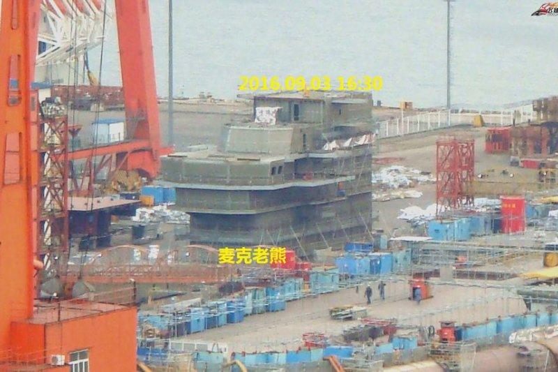 正在吊裝艦島的首艘中國自製航艦。(翻攝網路)