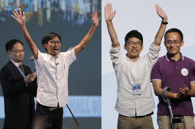 香港立法會本土派當選人朱凱迪(左二)、羅冠聰(右二)(AP)
