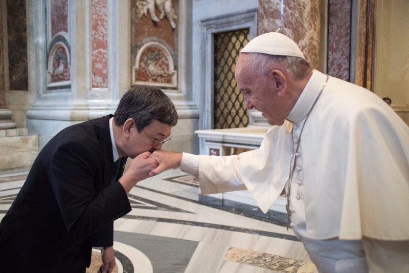 陳建仁副總統4日晉見教宗方濟各,親吻教宗手背。(總統府)