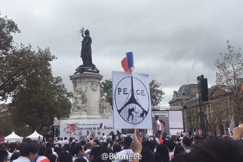 巴黎華人因為旅法華僑張朝林之死上街遊行抗議。(翻攝微博)