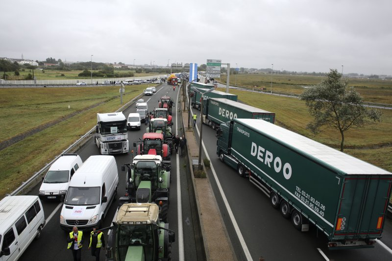 法國北部邊境港市加萊的貨車司機、農夫、當地居民5日封路抗議,要求政府盡快拆除難民營,還當地人一個安全清靜的生活。(美聯社)
