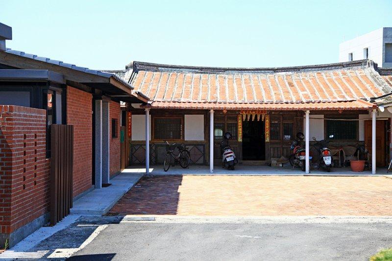 座落台南學甲這棟屋齡近百年的傳統三合院,是陳俊言建築師的台南老家,承載著家族三代生活記憶...(圖/漂亮家居提供)