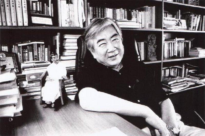 陳映真,一九四五年由養父改名「永善」。映真是他雙胞胎哥哥之名,一九四六年去世。後以映真為他的筆名。一生著作無數,2016年病逝於北京。(資料照,來源:陳文發/文化部官網)