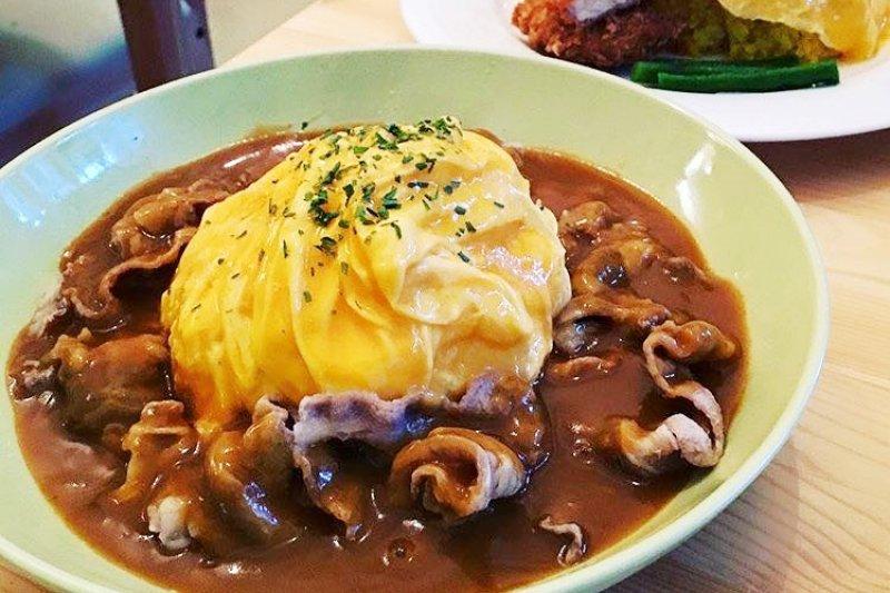 從樂華夜市起家的中田咖哩,滑嫩歐姆蛋淋上咖哩醬就是王道美味!(圖/中田咖哩@facebook)